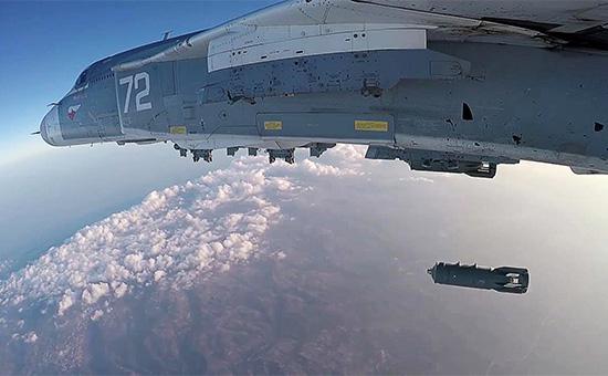 Российский фронтовой бомбардировщик Су-24М вовремя боевого вылета саэродрома