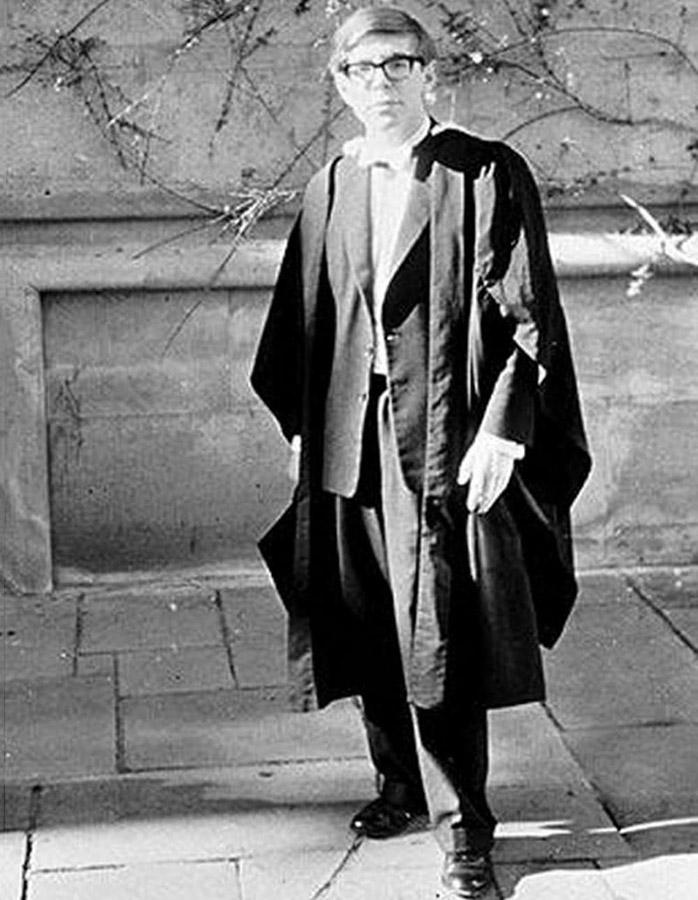 Стивен Хокинг родился в 1942 году в Оксфорде. В 20 лет он окончил Оксфордский университет со степенью бакалавра по математике и физике, а спустя четыре года, когда ему было 24, получил степень доктора философии в колледже Тринити-холл Кембриджского университета.