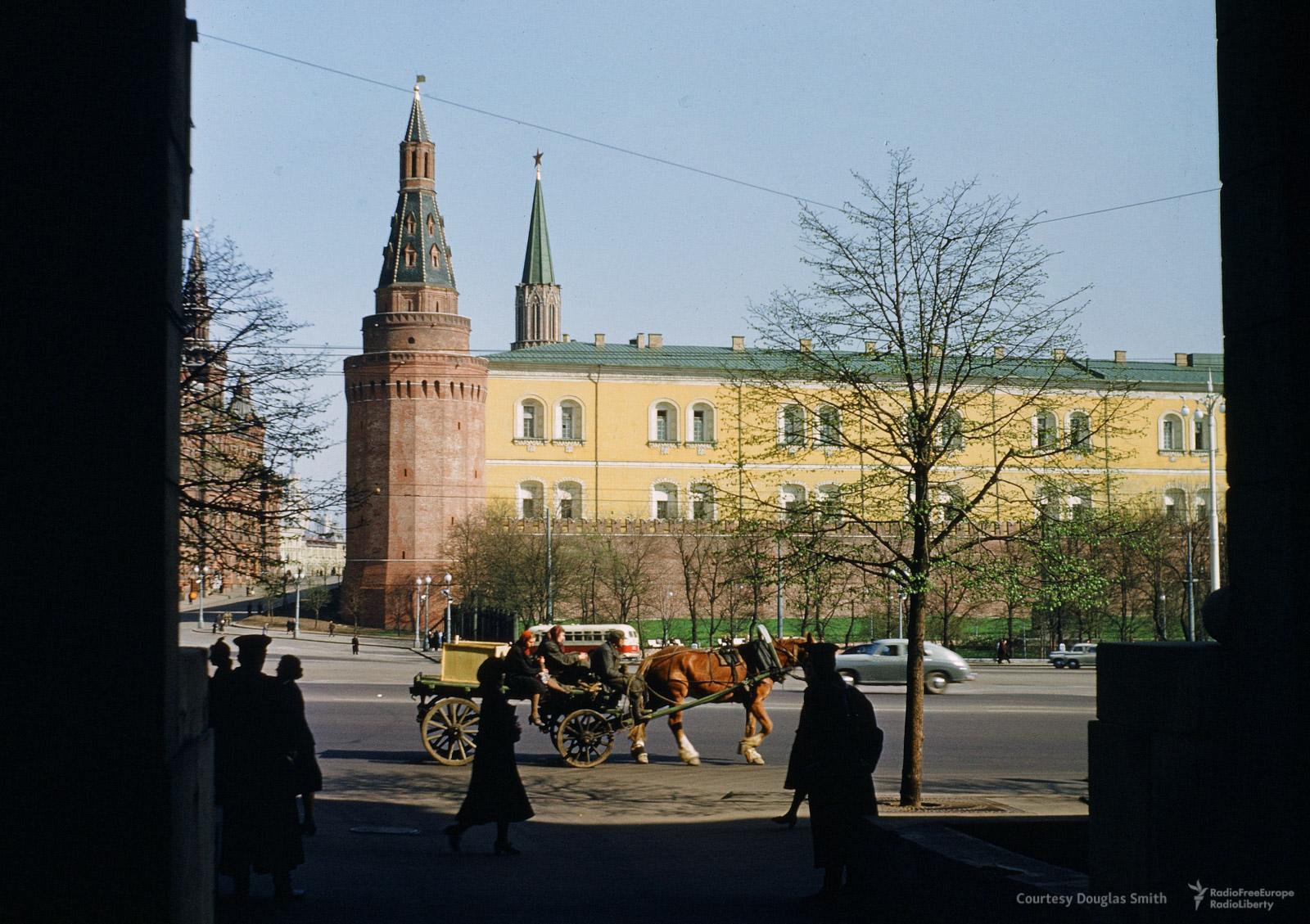 Вид на Кремль из арки здания на Моховой улице, где в 50-х годах прошлого века располагалось американское посольство