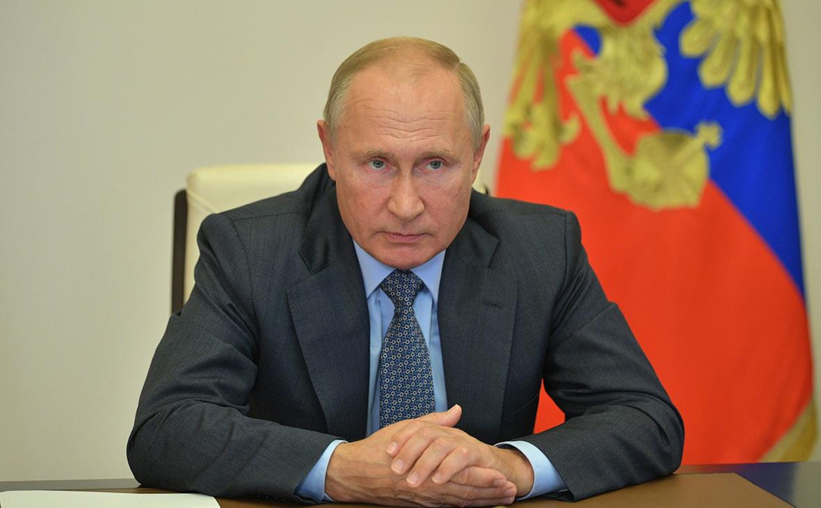 Владимир Путин во время совещания по вопросам МЧС