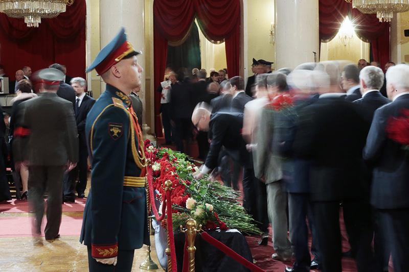Дом союзов, примыкающий кзданию Госдумы вМоскве, считается главным залом страны дляцеремоний прощания сизвестными политиками иобщественными деятелями. Это самый популярный нарядусДворцом труда профсоюзов памятник архитектуры, которыйпринадлежит профсоюзам