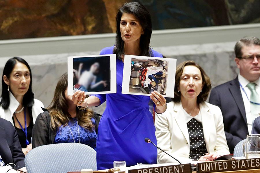 Представитель США в ООН Никки Хейлипоказывает фотографии сирийских жертв химической атаки