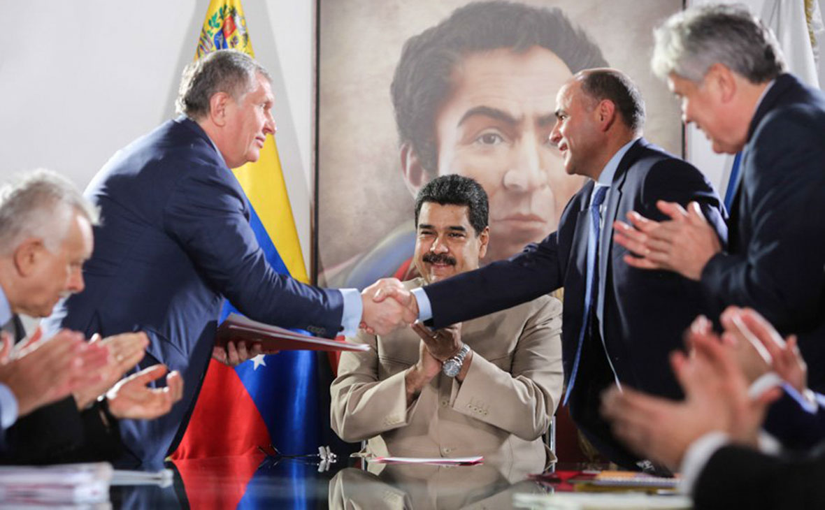 Игорь Сечин, Николас Мадуро иМануэль Кеведо (в центре слева направо)