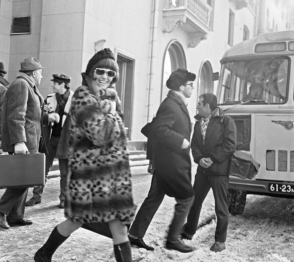 Итальянская киноактриса Клаудиа Кардинале выходит из гостиницы «Советская». 1968 год