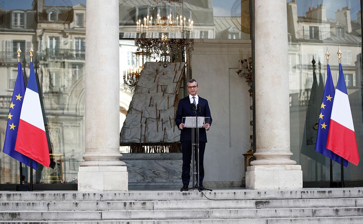 Алексис Колер объявляет имена министров нового кабинета министров во дворе Елисейского дворца