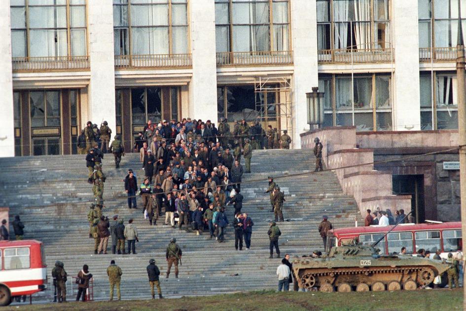 Октябрьский мятеж. Группа осажденных покидает Белый дом