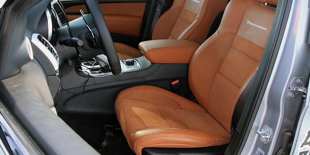 Классные передние кресла предлагают и подогрев, и вентиляцию, которые включаются через меню на центральном экране. Руль тоже с подогревом.