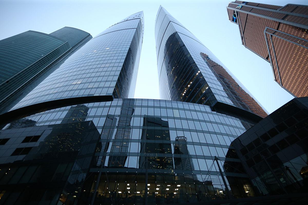 1-е место. «Башня Федерация»  Высота — 374м  «Башня Федерация» — самый высокий в Европе и России из завершенных небоскребов, а также флагманский проект в «Москва-Сити». Комплекс состоит из двух башен, «Восток» и «Запад», которые соединены стилобатом. В высотке общей площадью 443 тыс. кв. м101 этаж