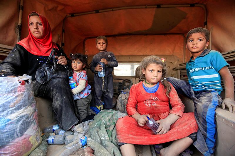 «Гуманитарная ситуация вИраке вцелом крайне сложная. Существует более 3 млн перемещенныхлиц, исейчас, кактолько начнется операция вМосуле, мы ожидаем, чтосотни тысяч человек покинут город. Число может достичь миллиона. Это большое число, ивсе эти люди будут нуждаться впредметах первой необходимости: крове,еде, воде, медикаментах. Как толькооперация начнется, конечноже, люди попытаются сбежать отнасилия, имы вМККК будем там вближайшей точке, так чтомы сможем помочьтем, кто покидает город ссамым необходимым»,— рассказала представитель иракского отделения Международного комитета Красного Креста (МККК) Сара аль-Завкари.