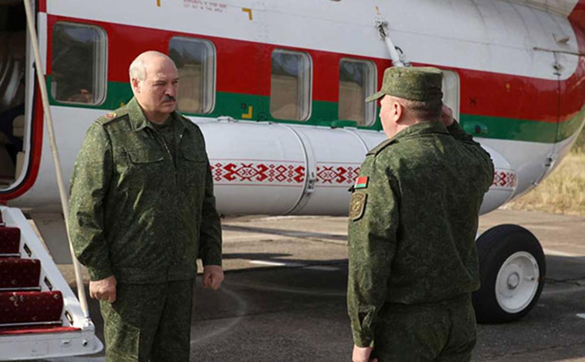 Александр Лукашенко (слева)
