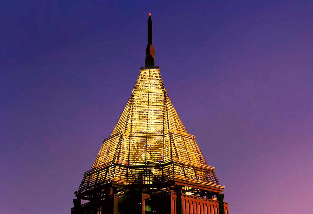 Башня Банка Америки была построена Kevin Roche John Dinkeloo and Associates в1993 году. Ее площадь составляет почти1,5 млнкв. футов (около 135тыс.кв. м). Вершину 312-метровой башни украшает 27-метровый шпиль изблизко расположенных горизонтальных труб, покрытых сусальным золотом