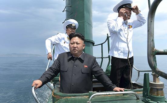Лидер КНДР Ким Чен Ын во время инспекции ВМФ страны в июне 2014 г.