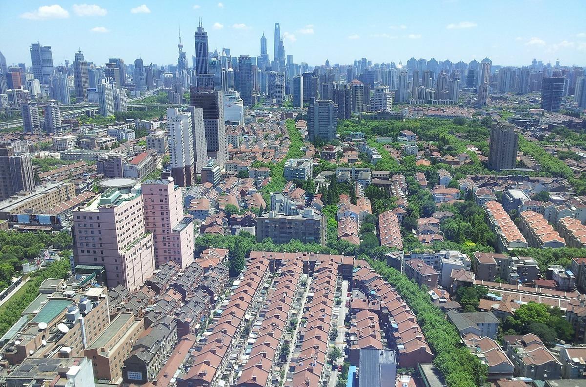 Типовые бараки и не менее типовые небоскребы— так выглядит типичный китайский мегаполис сегодня