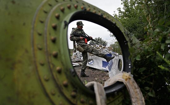 Ополченец на месте крушениямалайзийского Boeing. Архивное фото