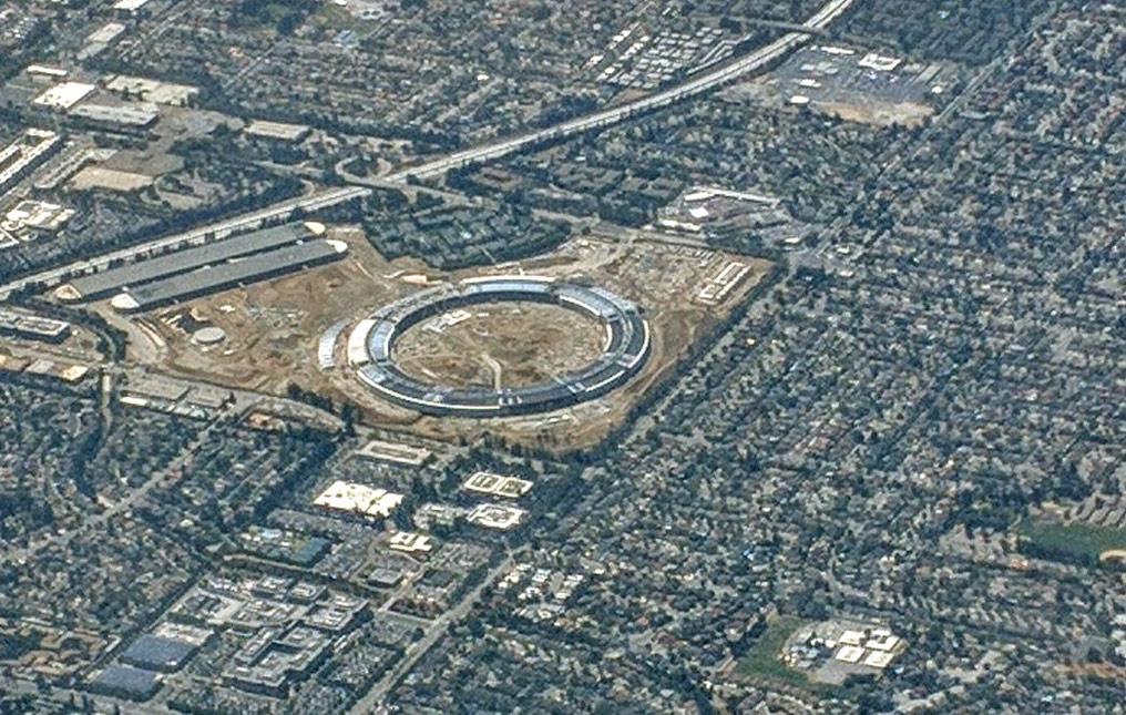 Apple park расположен на участке размером 71 га в Калифорнии. Стоимость участка составила $160 млн, а стоимость всего проекта Apple park — порядка $5 млрд