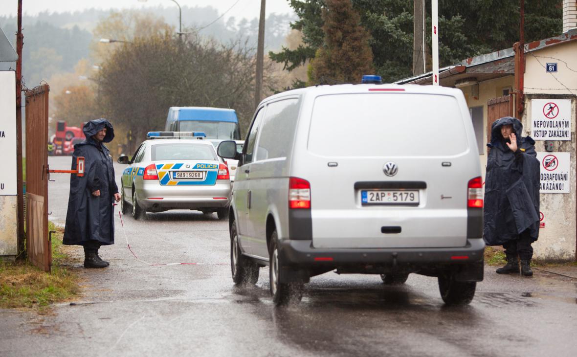 Чешская полиция на КПП при въезде к складу боеприпасов в Врбетице, 17 октября 2014 года, где днем ранее произошел взрыв