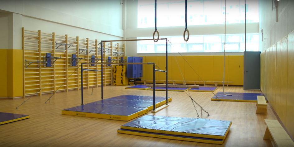 В школе четыре спортивных зала. Два из них — трансформеры: с помощью специальных перегородок их можно разделить и проводить уроки физкультуры с двумя классами одновременно. Кроме того, на втором этаже здания расположены залы для занятий гимнастикой и хореографией
