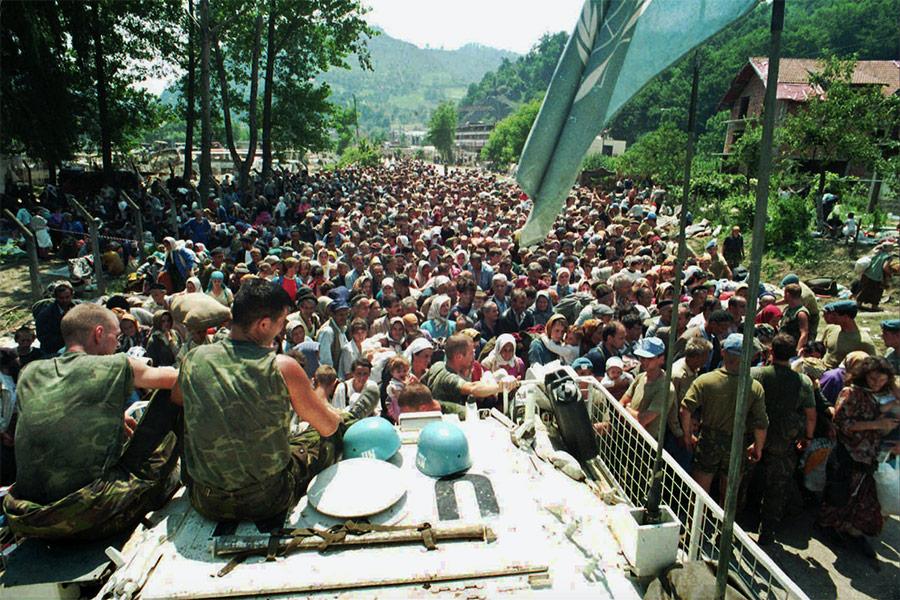 Миротворцы из Нидерландов в деревне Потокари, в которую стекались беженцы из Сребреницы