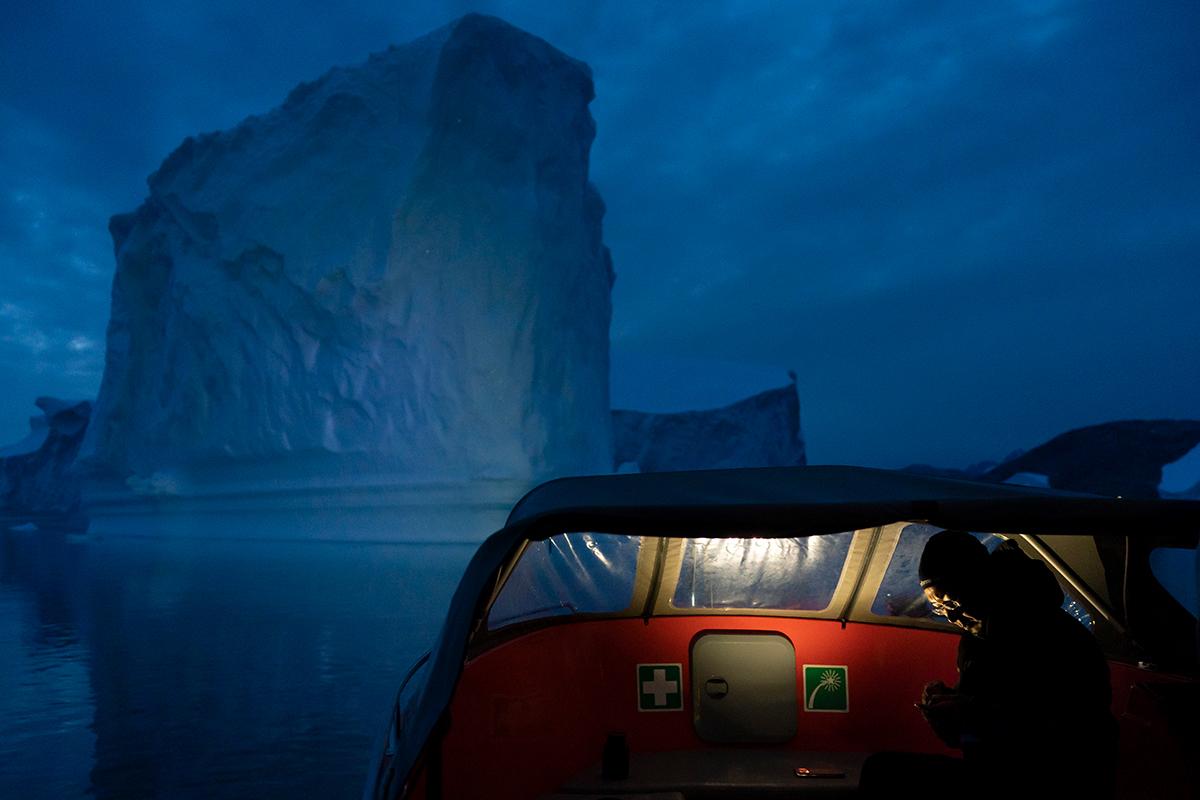 Вид из исследовательской лодки на большой айсберг у берегов Гренландии