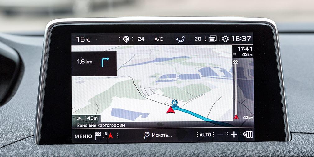 К сожалению, навигационная система работает с огрехами, часто слепнет в жилых зонах и коверкает названия.