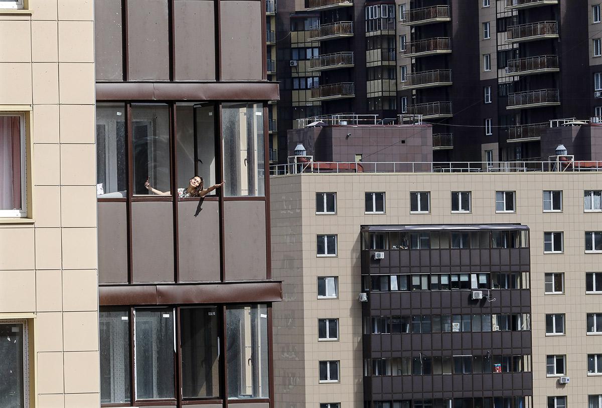 Москва. Женщина отдыхает на балконе своего дома во время пандемии коронавируса