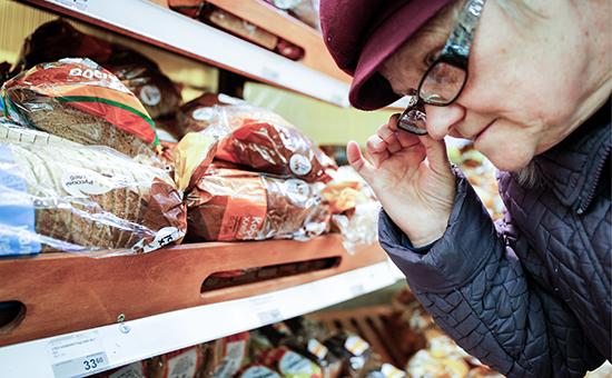 Покупательница в отделе хлебобулочных изделий