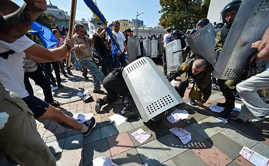 Столкновения протестующих и силовиков у здания Верховной рады