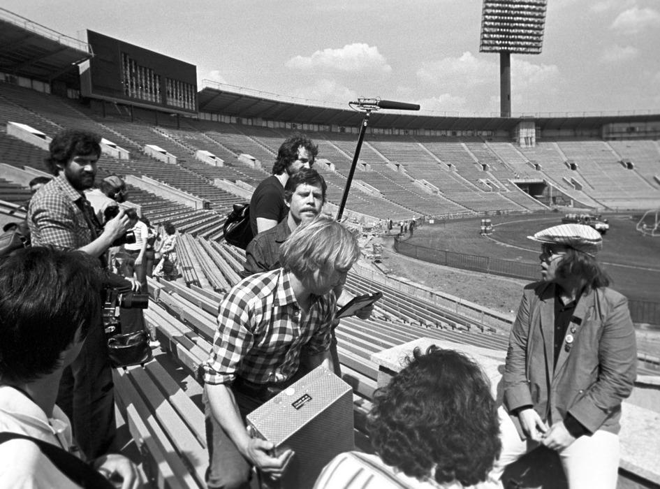 Элтон Джон (справа) во время посещения стадиона «Лужники». 1979 год