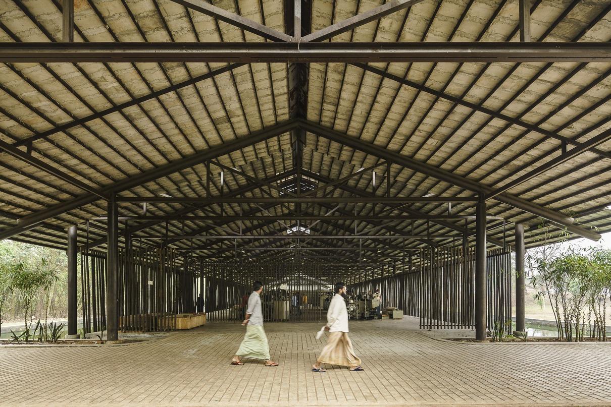 Павильон для производства и торговли тканями Amber Denim в городе Газипур— современное прочтение традиционной бангладешской архитектуры. Здание, спроектированное местным бюро Archeground, имеет простую открытую планировку— большое пространство для размещения ткацких станков, гостиную, столовую для рабочих, молитвенную зону и туалеты. Конструкция возведена на искусственном водоеме и опирается на переработанные газовые трубы, которые действуют как стальные колонны. При строительстве использовались не только традиционные техники, но и материалы, прежде всего бамбук. Из него, в частности, выполнены стены-перегородки, которые обеспечивают естественное освещение и вентиляцию