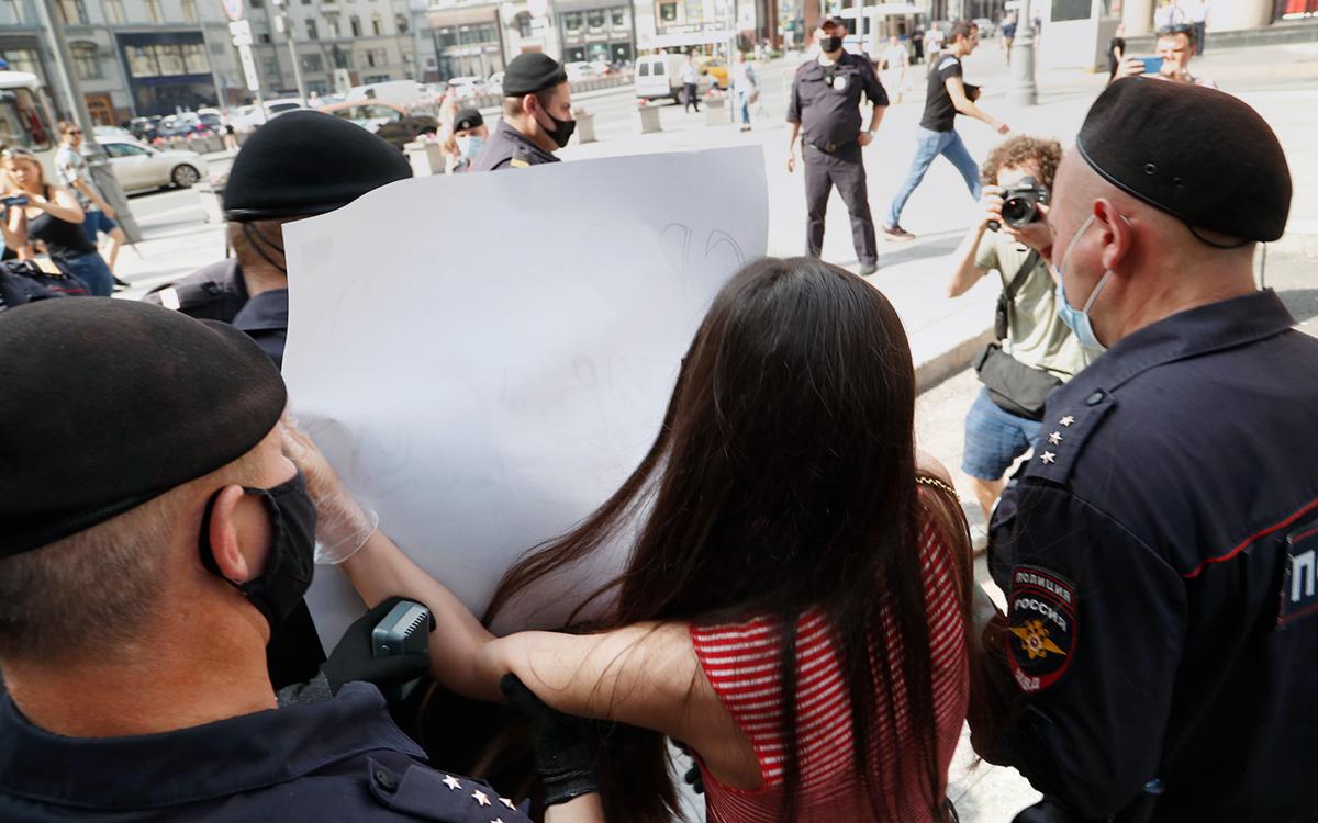 КС запретил считать серию одиночных пикетов в разные дни одним митингом
