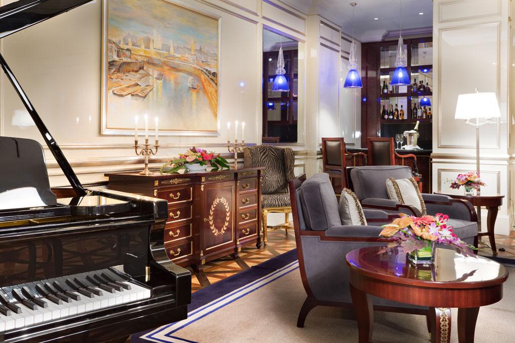 Lotte Hotel Moscow  В люксе вLotte Hotel—спальня, ванная комната сджакузи исауной, гостиная, конференц-зал, кухня истоловая на14 человек, рабочий кабинет, комнаты длягостей изимнийсад. Номер можно объединить ссоседний люксом «Джуниор»