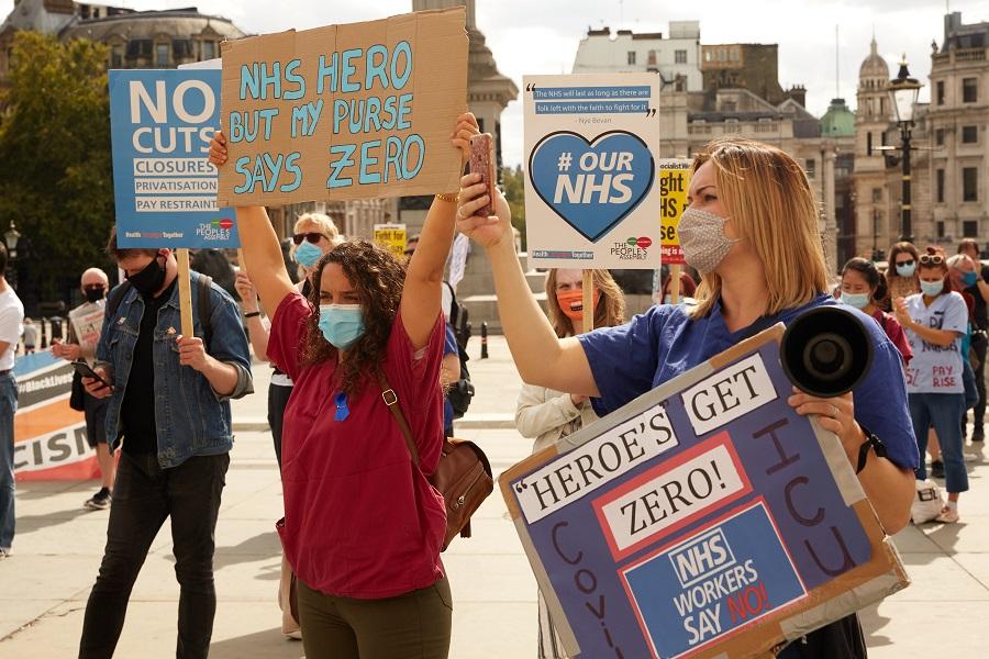 Британские медики протестуют в Лондоне, 2020 год. Они выступают за более высокую зарплату из-за трудностей, с которыми они столкнулись при лечении пациентов с коронавирусом
