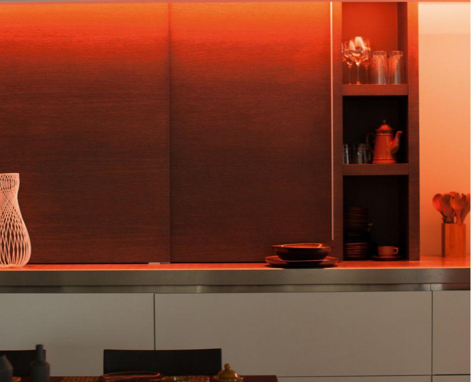 Светодиодная лента выгодно подчеркнет отдельные элементы гостиной