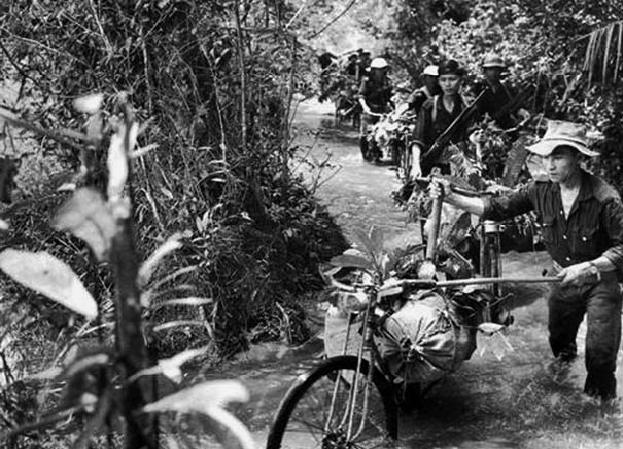 Размытая дождем тропа Хо Ши Мина, которая имела стратегическое значение для армии США в войне во Вьетнаме