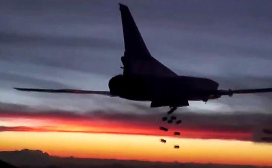 Дальний бомбардировщик Ту-22М3 дальней авиации Воздушно-космических сил России вовремя нанесения удара пообъектам террористической группировки ИГИЛ