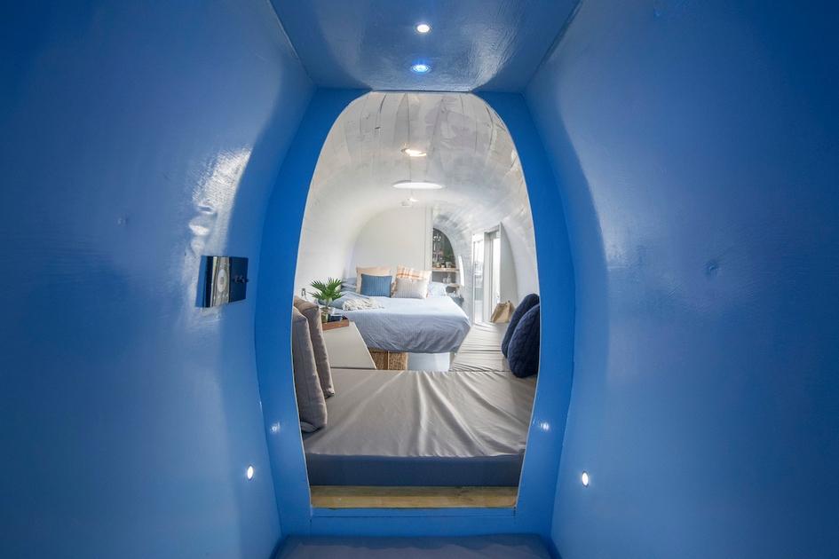Изнутри интерьер обшили деревянными панелями. Это не только добавило комнате уюта, но и помогло утеплить вертолет для ночевок в Шотландии