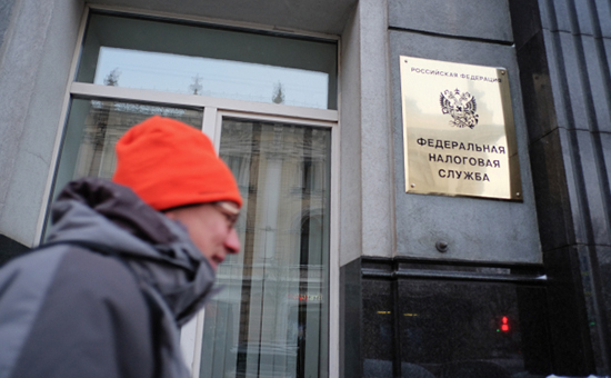 Прохожий у здания Федеральной налоговой службы