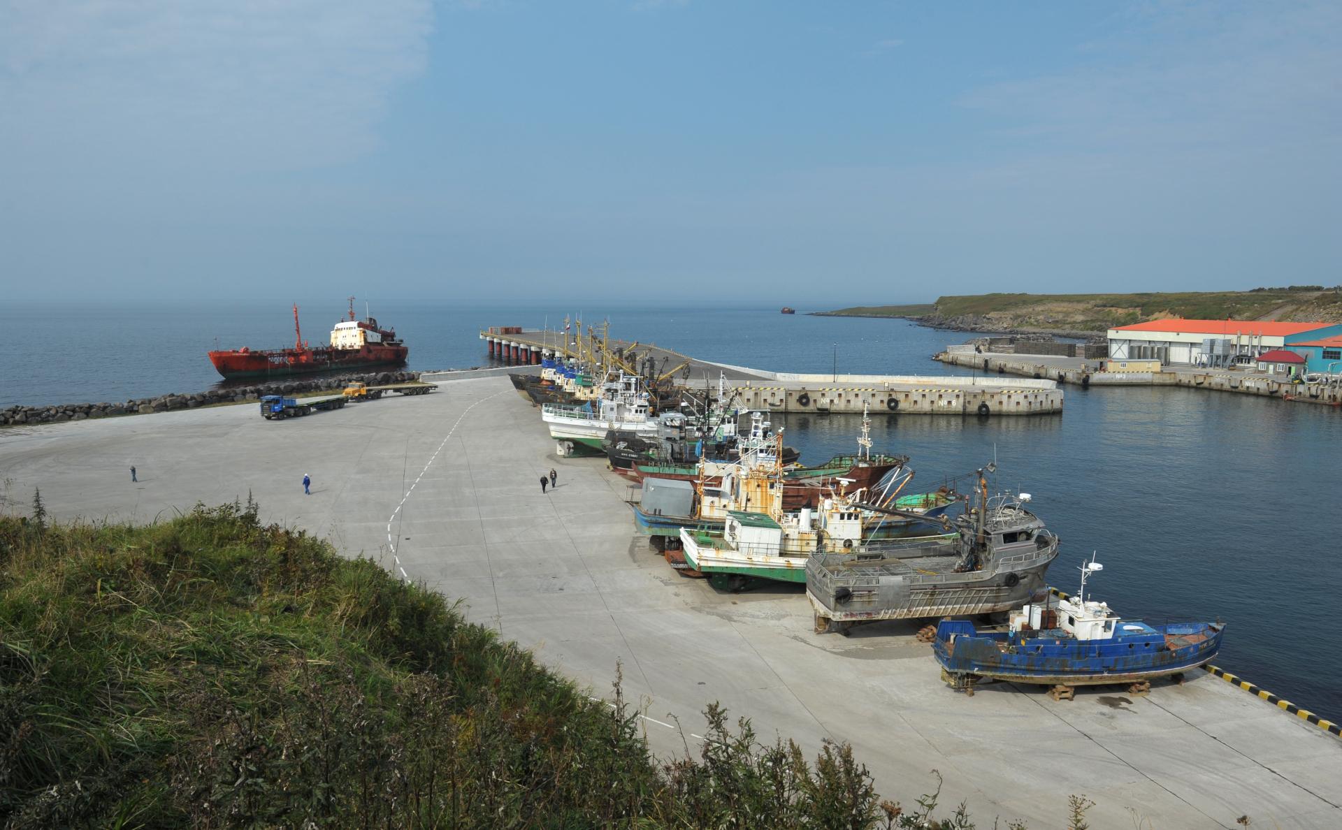 Грузопассажирский причал в заливе Китовый на острове Итуруп