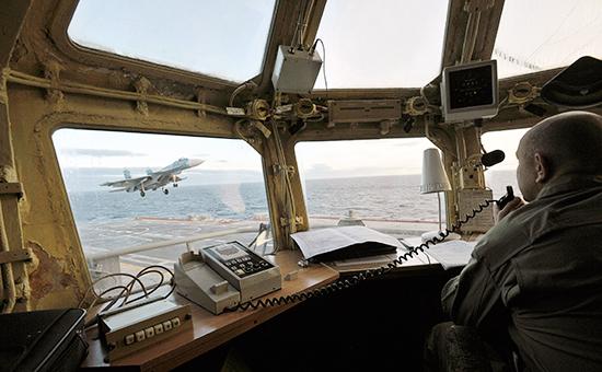 Истребитель заходит напосадку наборт авианосца «Адмирал Кузнецов», октябрь 2010 года