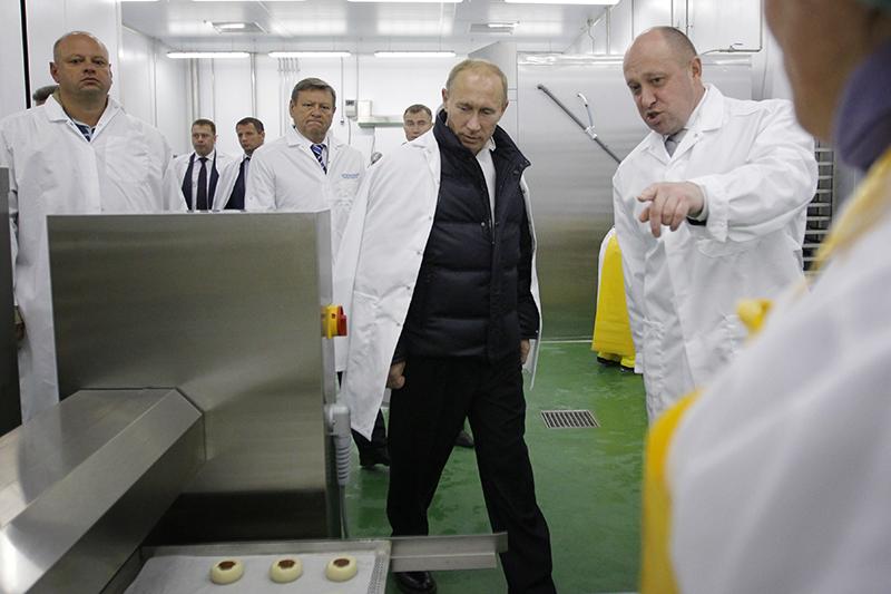 Евгений Пригожин—любимый ресторатор Владимира Путина, которыйпосещал почти все его питерские рестораны.Пригожин сервировал церемонию инаугурации президента вмае 2012 года. С недавних пор Пригожин занимается продовольственным обеспечением армии иклинингом