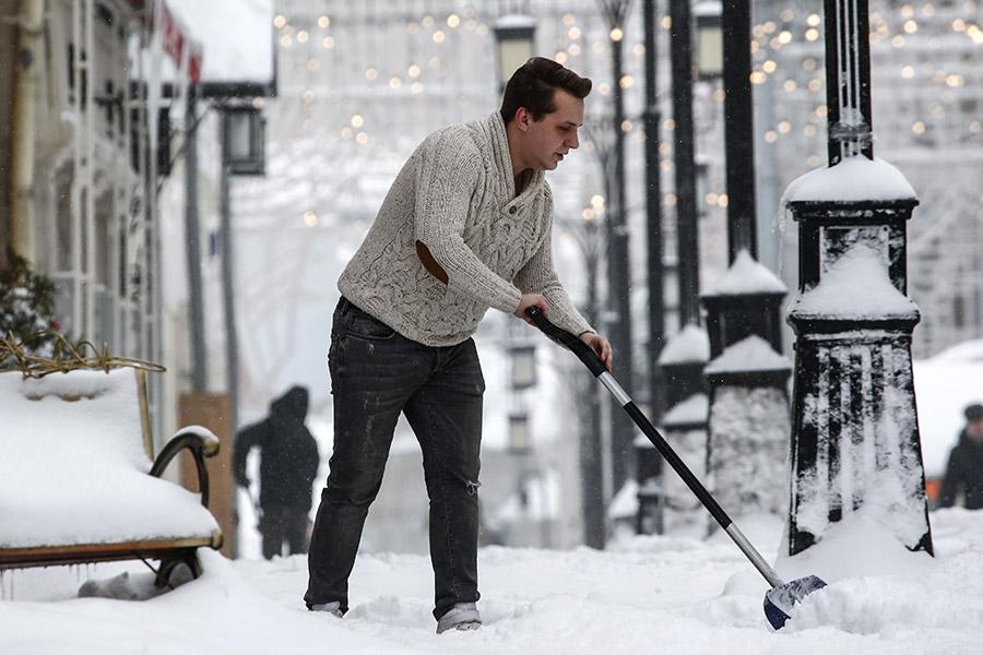 За выходные 3 и 4 февраля в Москве выпало 122% месячной нормы осадков. В столичном метеобюро снегопад назвали «мощнейшим за всю историю метеонаблюдений», по словам ведущего специалиста центра «Фобос» Евгения Тишковца, прошедшие снегопады — «сильнейшие за последние сто лет». 