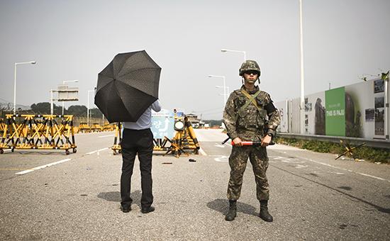 Журналист и южнокорейский солдат на контрольно-пропускном пунктев Паджу, Южная Корея