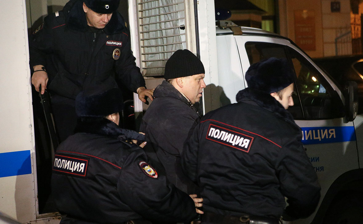Илья Аверьянов (в центре)