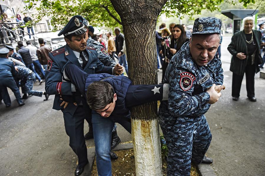 Акции протеста идут в столице Армении с 13 апреля. Митингующие выступают против назначения премьер-министром бывшего президента Сержа Саргсяна. Активисты пытаются перекрыть улицы и заблокировать движение транспорта.