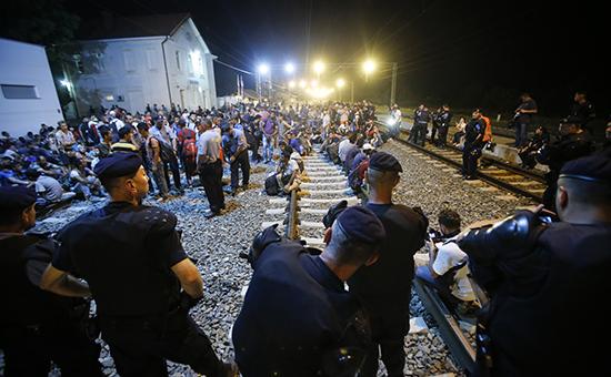 Хорватская полиция и мигранты на вокзале в городе Товарник, Хорватия