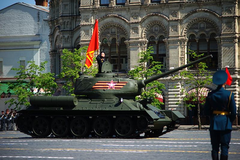 Во главе парадного расчета механизированной колонны—танк Т-34. Открывают парад танкисты 1-й Гвардейской танковой армии, воссозданной виюне 2015 года