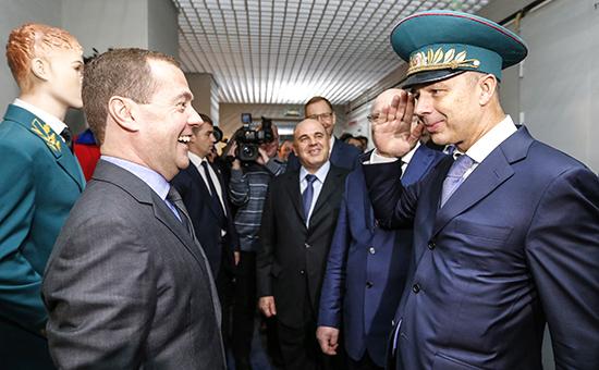 К 2019 году правительство планирует сократить дефицит бюджета до 1,2% ВВП (с ожидаемых 3,9% в 2016-м), не прибегая к повышению налогов и увеличению пенсионного возраста. На фото: премьер-министр Дмитрий Медведев (слева) и министр финансов Антон Силуанов