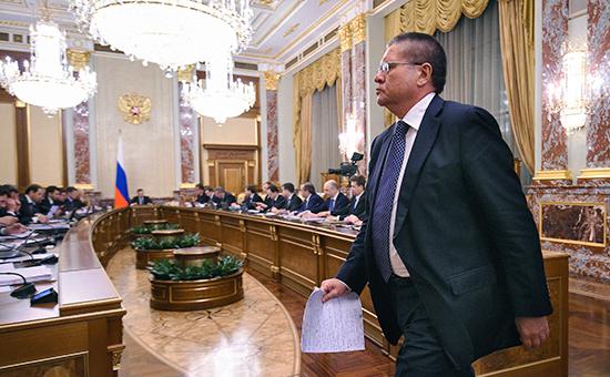 Министр экономического развития России Алексей Улюкаев вовремя заседания правительства России. Апрель 2015 года