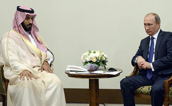 Президент России Владимир Путин (справа) изаместитель наследного принца, второй заместитель премьер-министра иминистр обороны Саудовской Аравии Мухаммад ибн Сальман аль-Сауд вовремя встречи вСочи.