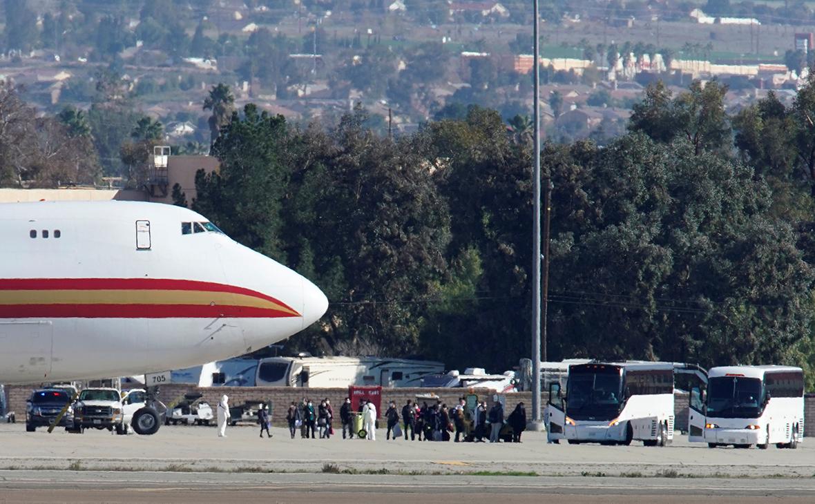 Самолет с эвакуированными из Китая американскими гражданами
